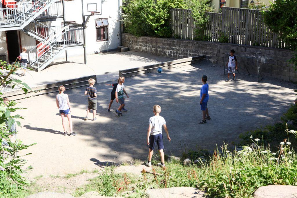 Fodbold i gården